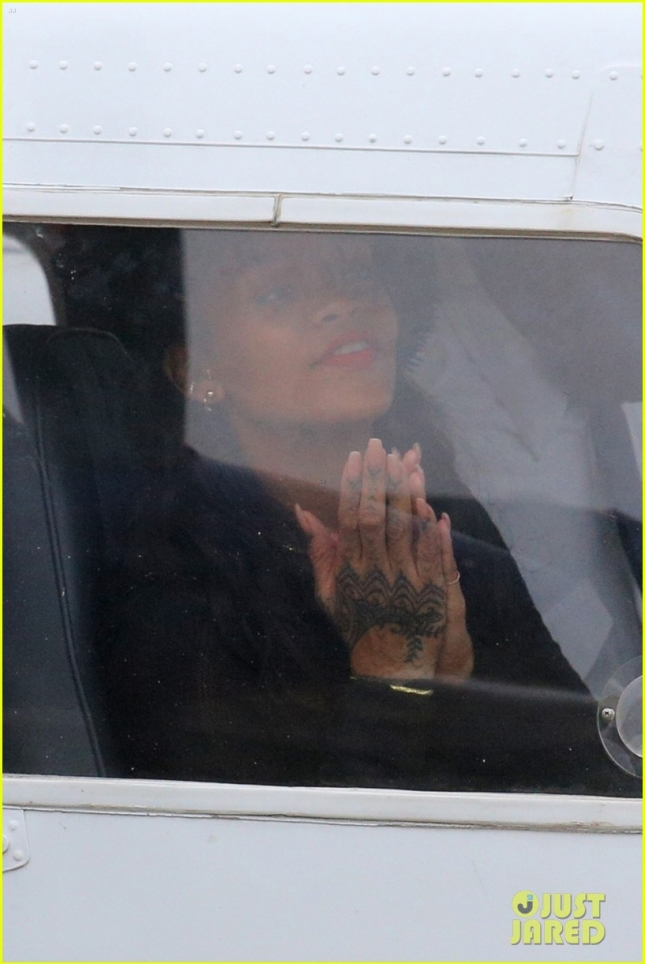 Рианна на борту была вовсе не пассажиром, а вторым пилотом, поэтому то ли молилась, то ли молила не мешать ей сосредотачиваться