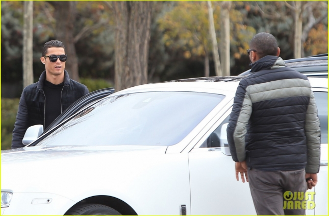 ronaldo-picks-up-his-son-03