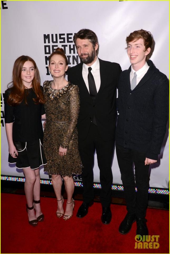 Джулианна Мур с детьми и своим спутником жизни