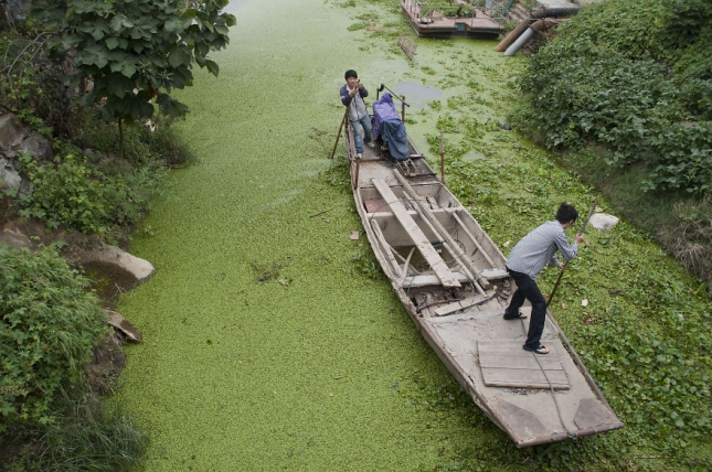 так выглядит обычная речка в центре Китая.