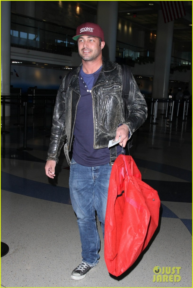 taylor-kinney-smiling-at-airport-01