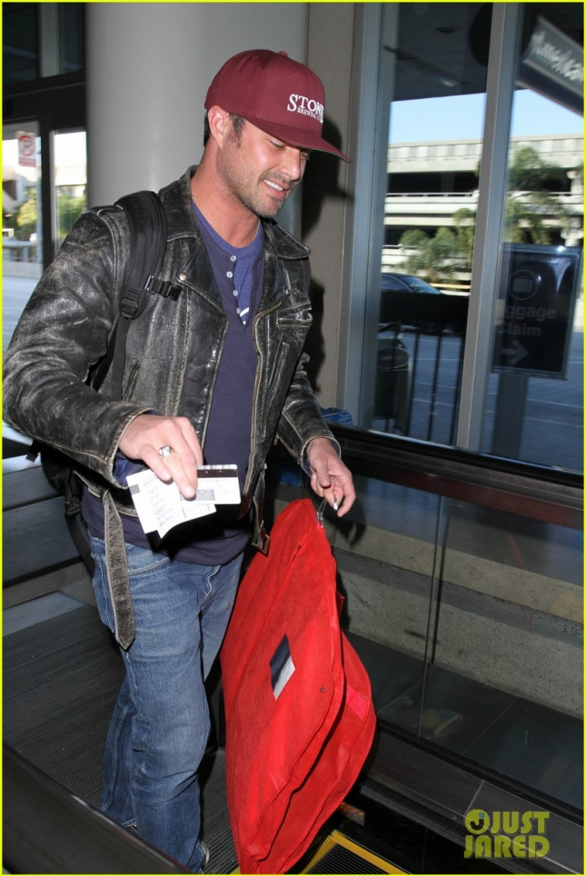 taylor-kinney-smiling-at-airport-10