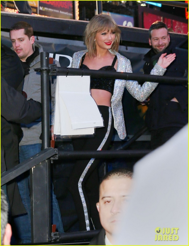 taylor-swift-falls-down-stairs-on-new-years-eve-2015-01