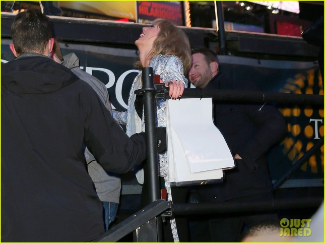 taylor-swift-falls-down-stairs-on-new-years-eve-2015-03