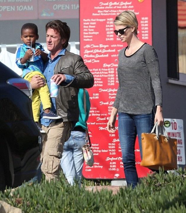 Шон Пенн и Шарлиз Терон с сыном