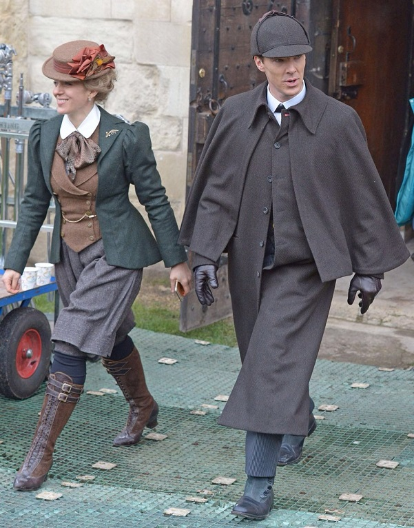Бенедикт Камбербэтч и Аманда Аббингтон, супруга Мартина Фримена в сериале «Шерлок» и в жизни