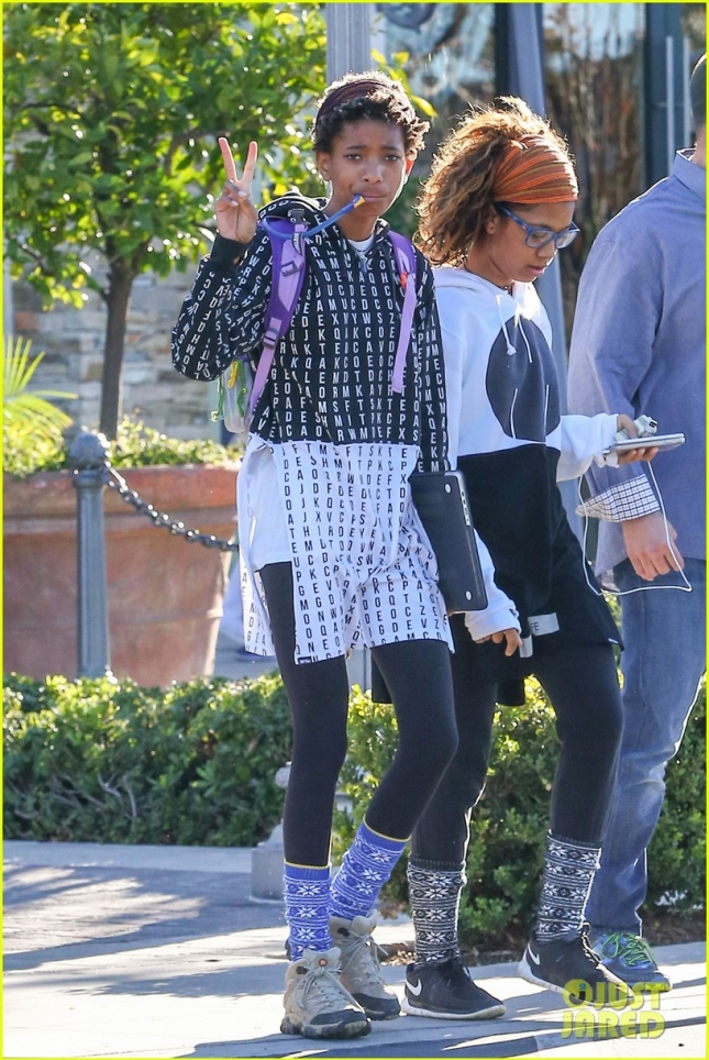 willow-smith-flashes-a-peace-sign-01