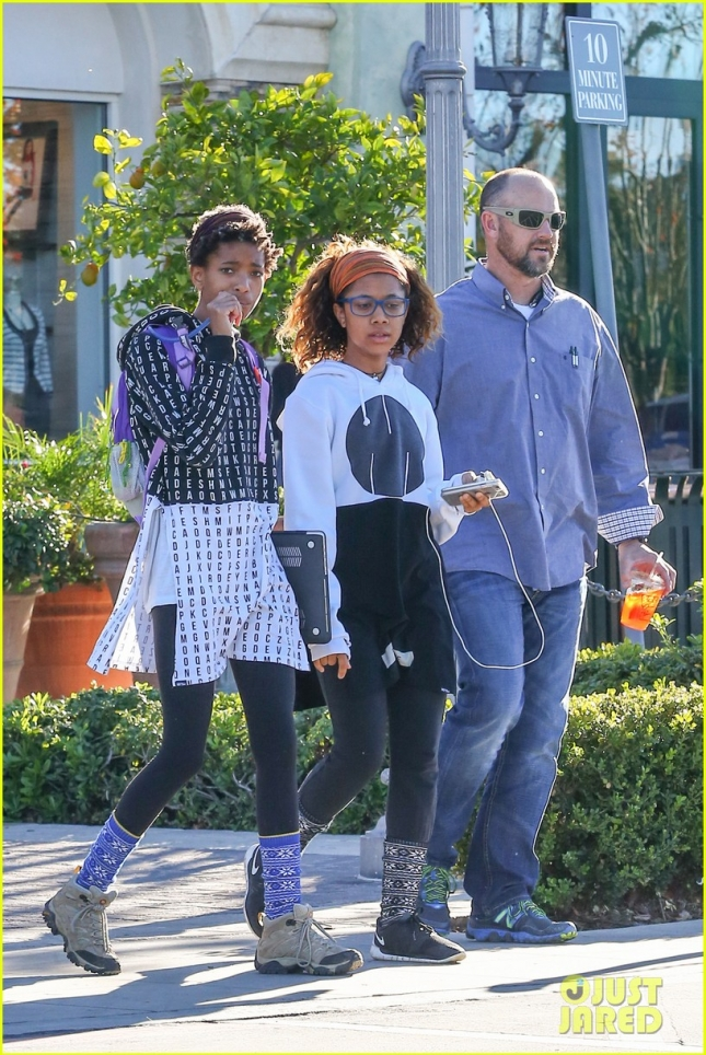 willow-smith-flashes-a-peace-sign-04