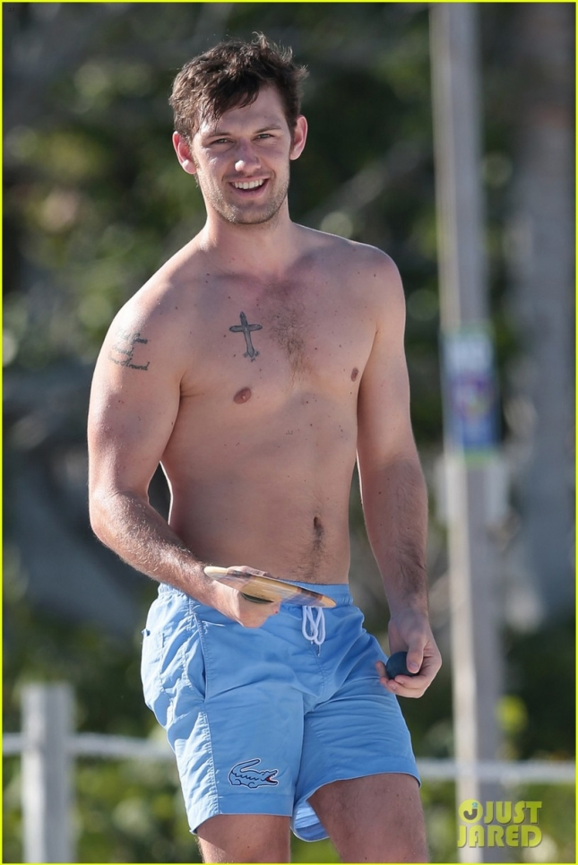 alex-pettyfer-goes-shirtless-sexy-for-miami-beach-day-12