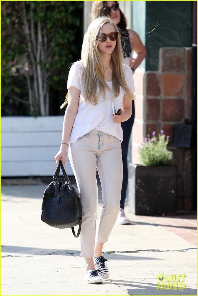 Аманда Сайфрид гуляет по Голливуду