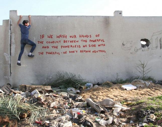 Надпись на стене: Если мы снимаем с себя ответственность за конфликт между сильными и слабыми, мы остаемся на стороне сильных и добиваем слабого, мы не нейтральны.