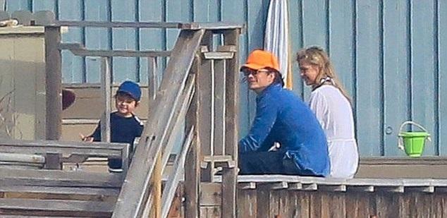 Орландо Блум с сыном Флинном и неизвестной блондинкой