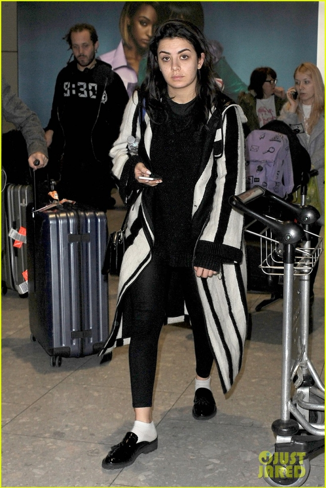 Чарли в аэропорту Хитроу, откуда та вылетела в Лос-Анджелес