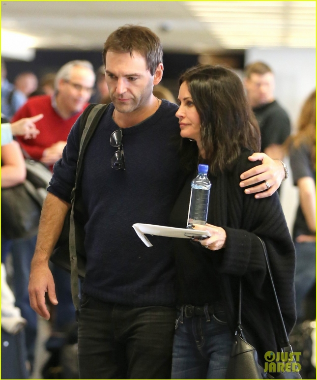 courteney-cox-johnny-mcdaid-show-off-airport-pda-02