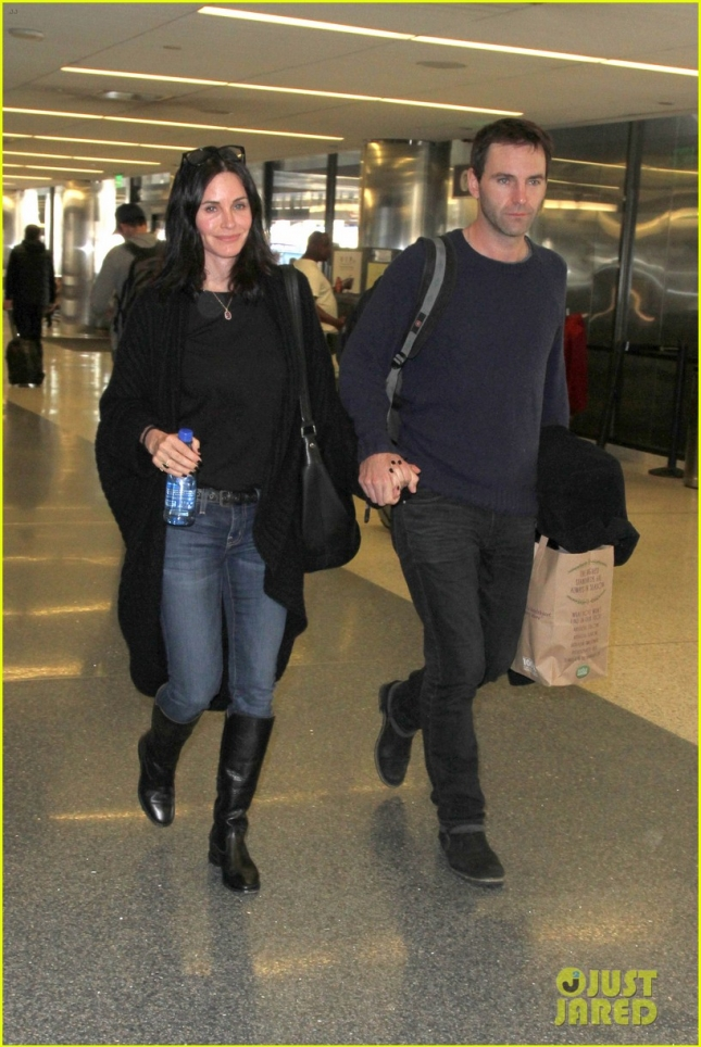 courteney-cox-johnny-mcdaid-show-off-airport-pda-05