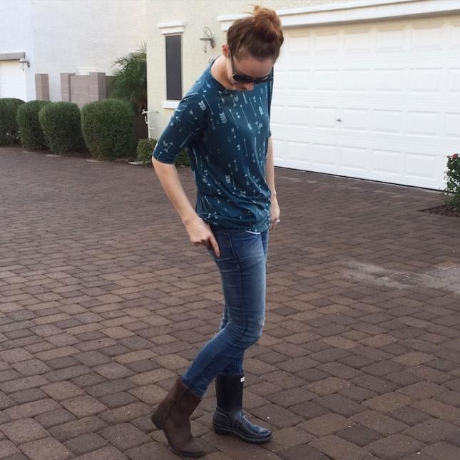 День пятый. Носить разную обувь похоже станет моим трендом собственного изобретения. Футболку сын выбрал потому, что любит стрелы. Брюк со стрелами не нашлось, пришлось надеть обычные джинсы.