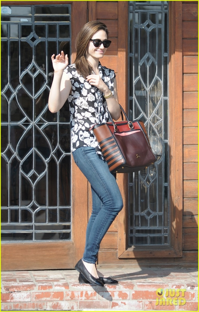 emmy-rossum-running-errands-01