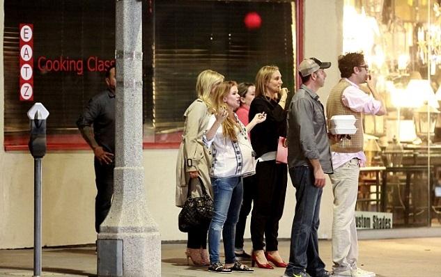 Айла Фишер с мужем Сашей Бароном Коэном и друзьями Кортни Кокс, Наоми Уоттс и Львом Шрайбером