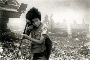 Гватемала, Гватемала. Здесь нет детских домов. Брошенные дети голодных и нищих родителей питаются на свалках. Из развлечений: всласть понюхать клея. Зарабатывают тем, что находят на свалке лом, бумагу, объедки, все, что можно помыть и хоть как-то куда-то кому-то продать.