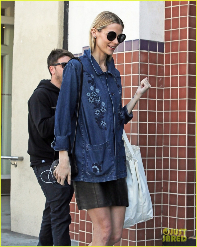 jaime-king-steps-out-after-baby-news-02