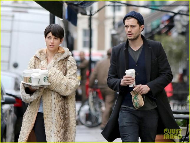 Джейми Дорнан и его супруга Амелия сходили в Starbucks