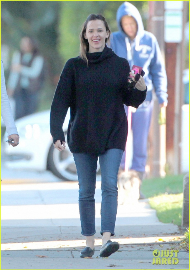 jennifer-garner-is-all-smiles-after-ben-afflecks-jlo-reunion-03