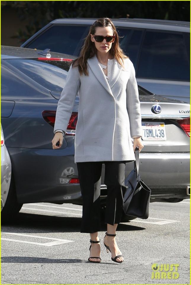 Дженнифер Гарнер направляется на деловую встречу