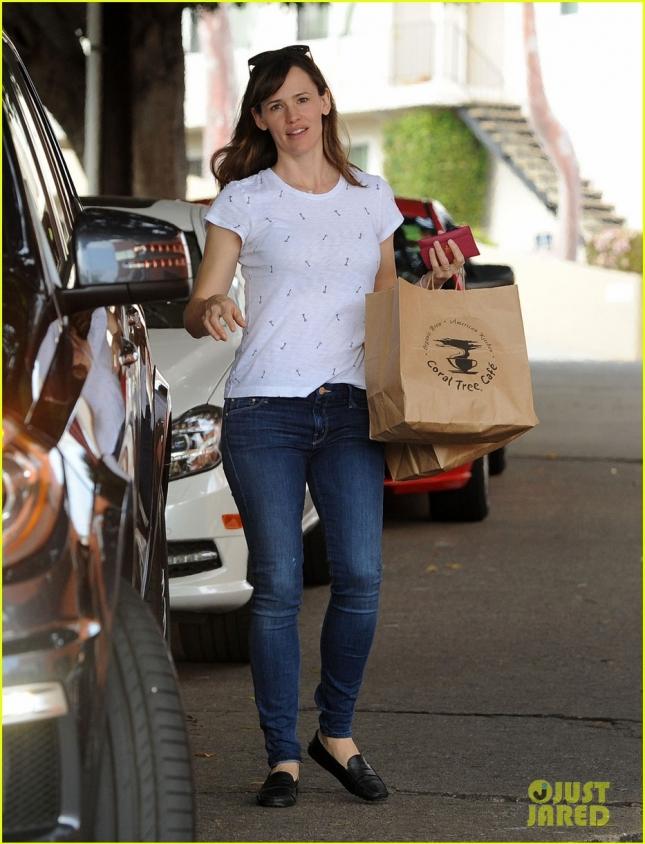 Дженнифер возвращается из продуктового магазина