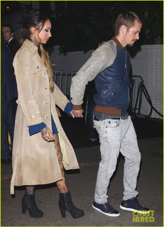 joel-kinnaman-holds-hands-with-cleo-wattenstrom-05