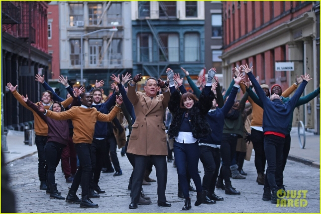 justin-bieber-tom-hanks-dance-down-streets-for-carly-rae-jepsen-video-01