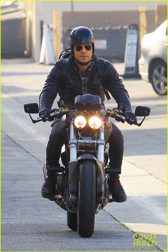 justin-theroux-rides-motorcycle-around-town-03