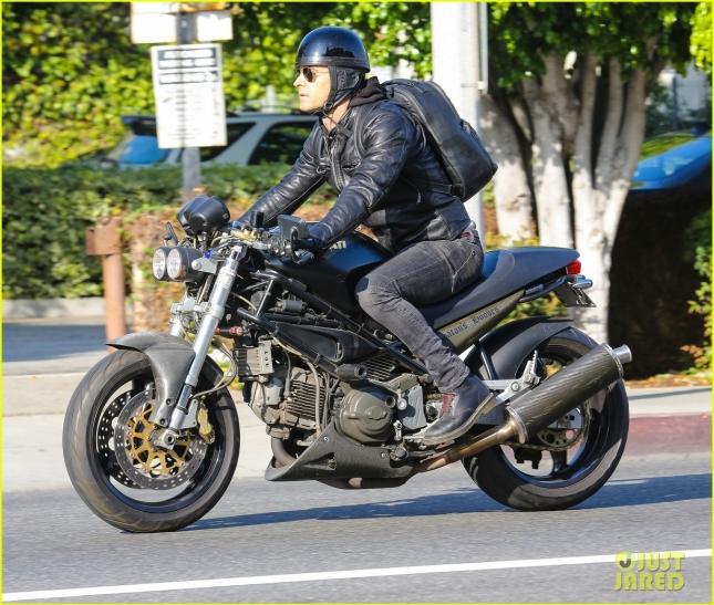 justin-theroux-rides-motorcycle-around-town-10