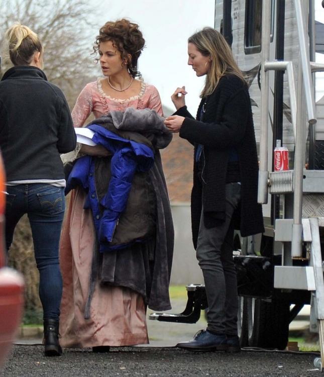 Кейт Бекинсейл на съемочной площадке фильма «Любовь и дружба»