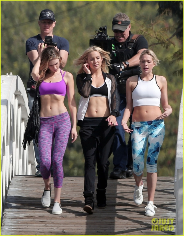 kate-hudson-flaunts-toned-abs-on-fabletics-photoshoot-01