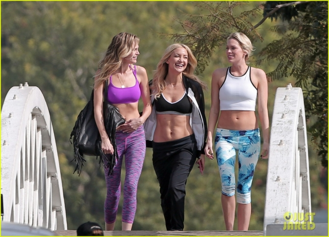 kate-hudson-flaunts-toned-abs-on-fabletics-photoshoot-04