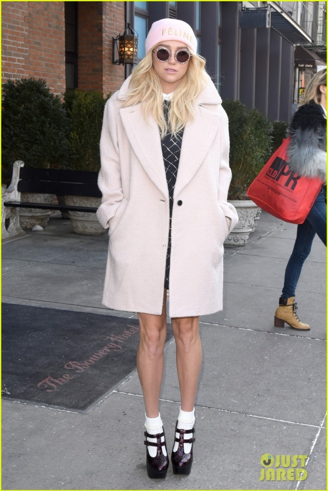 kesha-clutch-is-so-eyecatching-nyfw-05