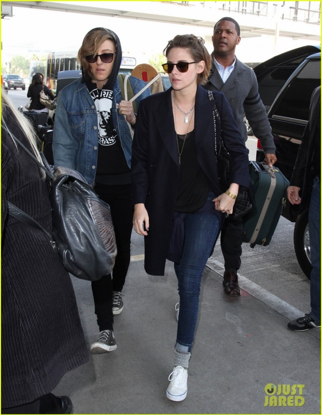 kristen-stewart-alicia-cargile-fly-out-together-01