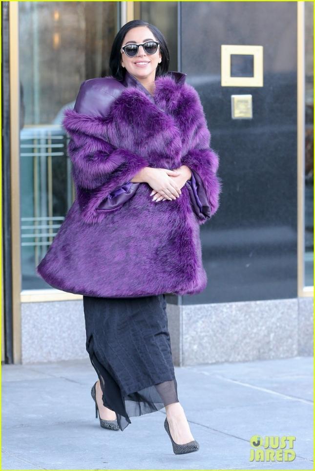 Сияющая от счастья Леди Гага (а 14 февраля она приняла предложение руки и сердца от своего возлюбленного Тейлора Кинни) покидает свои апартаменты в Нью-Йорке