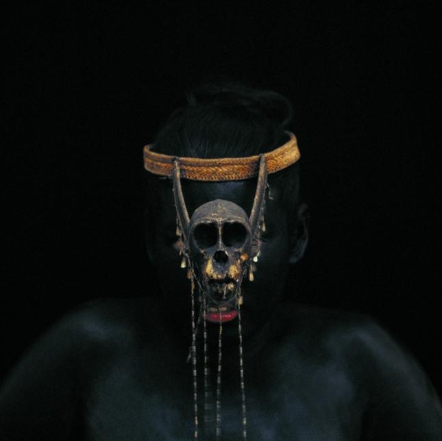 Невеста племени илонготов в маске из черепа обезьяны, Филиппины