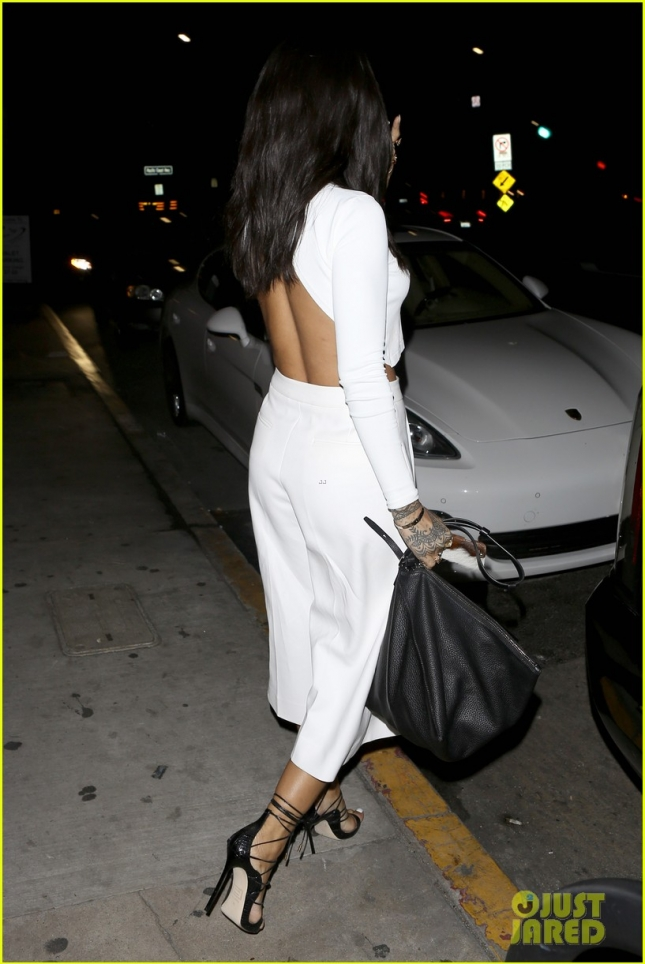 rihanna-grabs-dinner-after-grammys-rehearsal-04