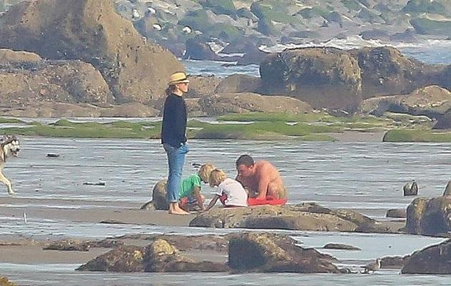 Наоми Уоттс с мужем Львом Шрайбером и сыновьями