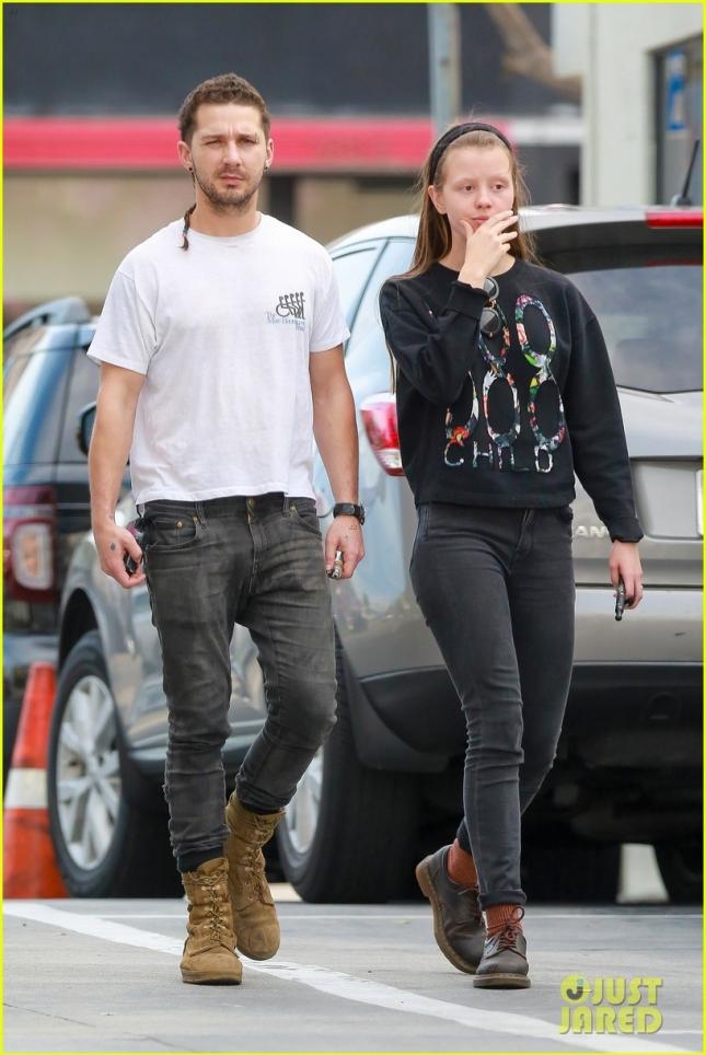 Шайя ЛаБаф не только сделал пирсинг, но и отрастил косичку, что продемонстрировал на прогулке со своей девушкой Мией Гот