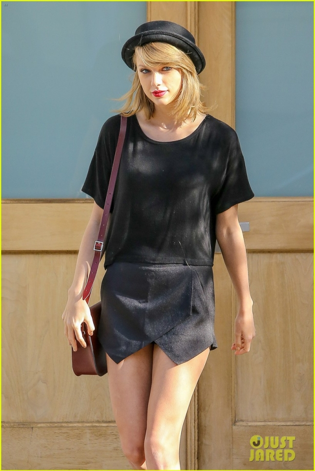 taylor-swift-tops-billboard-200-again-02