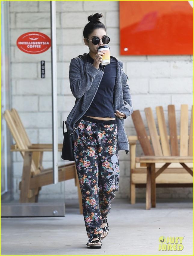 Ванесса Хадженс купила стаканчик кофе в Intelligentsia Coffee