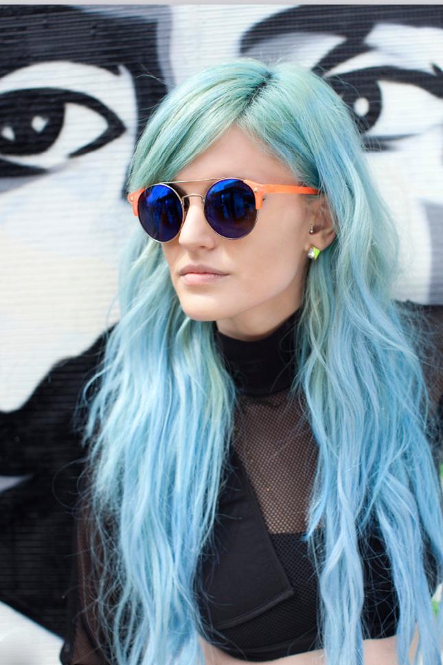 Девушка с нежно голубыми волосами