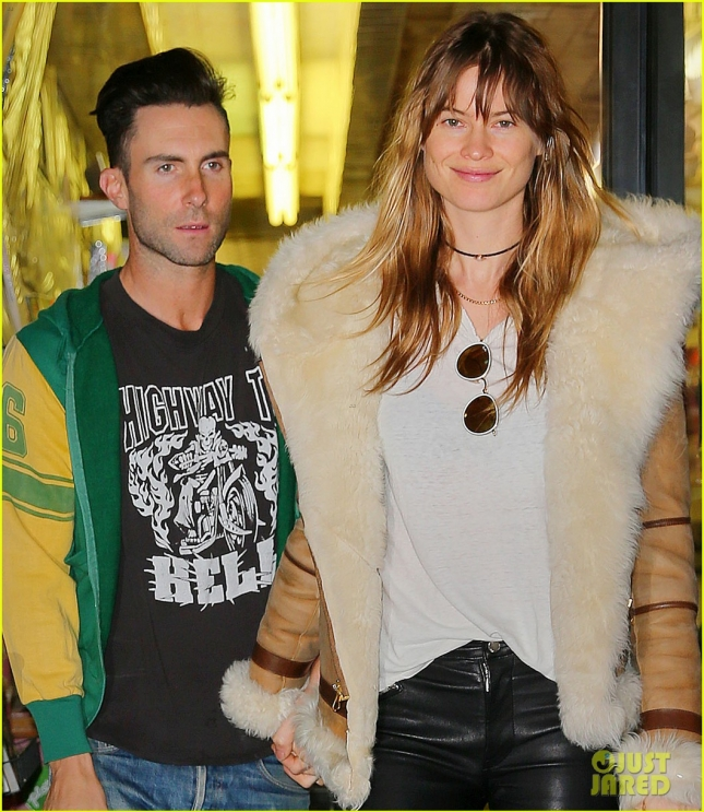 adam-levine-goes-shopping-with-wife-behati-prinsloo-17