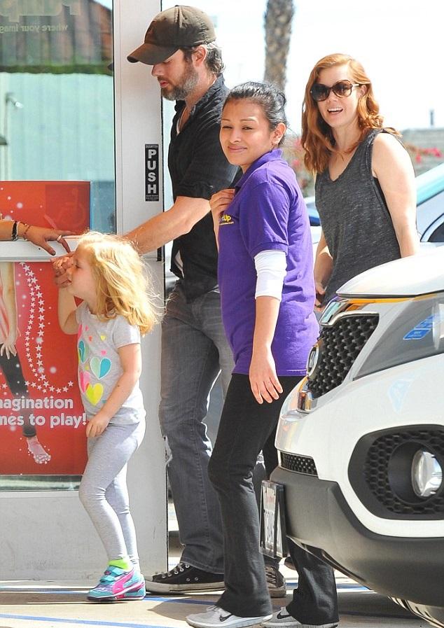 Эми Адамс с супругом Дарреном Ле Галло и дочкой