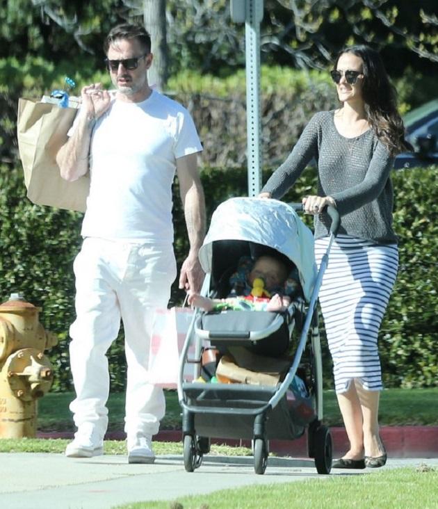 Дэвид Аркетт с невестой Кристиной Макларти и сыном