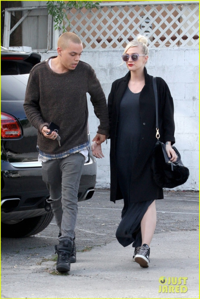 ashlee-simpson-evan-ross-grab-food-for-baby-05