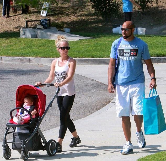 Кендра Уилкинсон с мужем Хэнком Баскеттом и дочкой